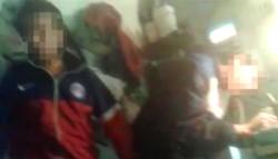 En el registro se puede observar a un recluso que golpea con su miembro en los rostros a dos internos que están dormidos.
