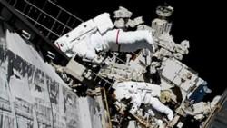 Koch y Meir trabajaron en el exterior de la EEI, que viaja a más de 27.000 kilómetros por hora a unos 485 kilómetros de la Tierra.