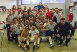 Gran festejo de los jugadores de Argentinos Juniors y cuerpo técnico en el vestuario.