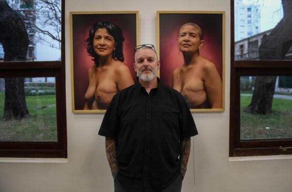 Arte y amor: tatuó areolas mamarias a más de 1.000 mujeres que tuvieron cáncer