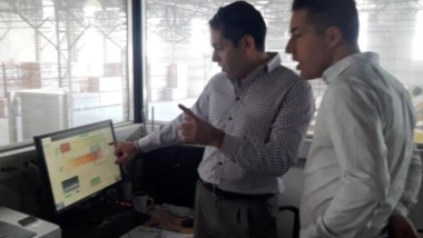 El secretario de Obras Públicas Sebastián de la Vallina recorrió ayer las instalaciones de Tecnocer.