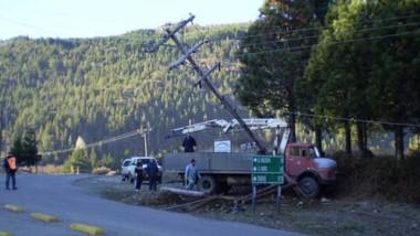 Sin respuestas. Los operarios de Servicios Públicos atienden la provisión eléctrica con escasos elementos.