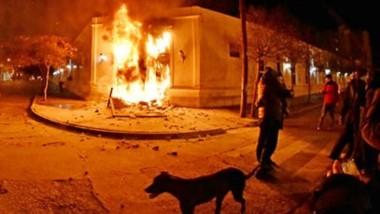 En llamas. Una postal de los destrozos y una de las puertas de Casa de Gobierno ardiendo en la fatídica noche del 17 de septiembre y la madrugada del 18 en la capital provincial.