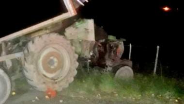 El tractor con el carro dañado luego de protagonizar un accidente con el saldo de dos personas fallecidas.
