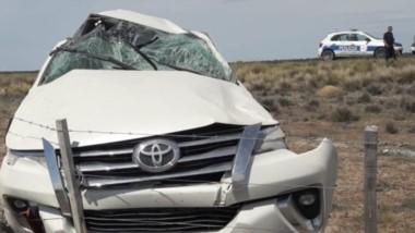 La camioneta que llevaba a ciudadanos chinos tuvo severos daños.