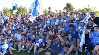 Una fotografía que quedará en el recuerdo de todos los jugadores, cuerpo técnico, dirigentes e hinchas de Chenque de Comodoro Rivadavia.
