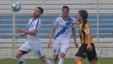 Facundo Soloa en acción, el pasado domingo en la derrota de Guillermo Brown como local ante Mitre de Santiago del Estero, en Puerto Madryn.