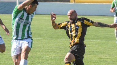 """Fabricio Elgorriaga, por ir a barrer la pelota. El defensor """"aurinegro"""" expresó que deben buscar la victoria ante Olimpo el jueves en Bahía Blanca."""