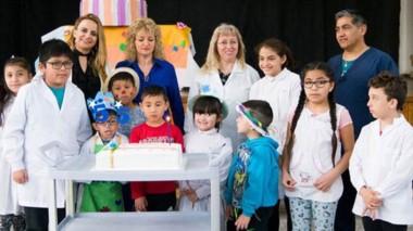 Autoridades municipales  y la comunidad escolar compartió  la torta de cumpleaños Nº 55 de la institución.