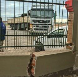 El camión no alcanzó a chocar al  auto. El acceso al corralón de materiales VS, quedó con evidentes daños.