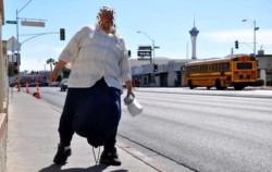 Un hombre de 43 años se vio obligado a que le extirpen sus testículos hinchados, luego de que estos le lleguen por debajo de sus rodillas y no lo dejen caminar.