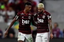 Bruno Henrique y Gabigol festejan. Flamengo aplastó a Gremio en el Maracaná y se encontrará con River en el partido único por la corona de América.