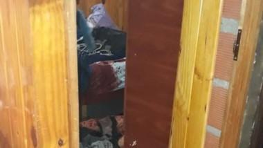 La habitación donde ocurrió el hecho en medio de mucha sangre.