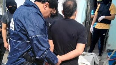 Daniel Cayetano de la Fuente llevado por la Policía cuando fue detenido. Ahora, la carátura será femicidio.