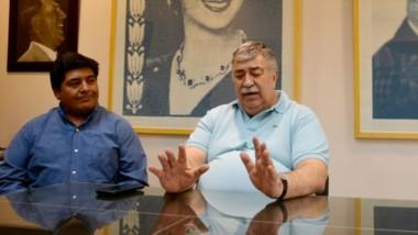 El secretario general de Luz y Fuerza, Héctor González, junto a los dos candidatos lucifuercitas que competirán este domingo en las elecciones.