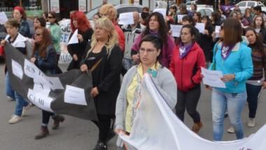 Las amigas de la víctima encabezaron una importante marcha por las calles de Esquel en pedido de Justicia.