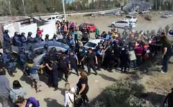 La Policía custodia la salida de los ministros. Los manifestantes denunciaron represión. / Imagen: @monschlotthauer