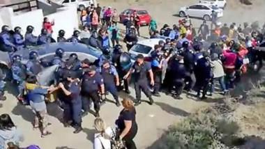 Un cordón policial trató alejar a los manifestantes que esperaban afuera y que se expresaron con dureza contra los funcionarios.
