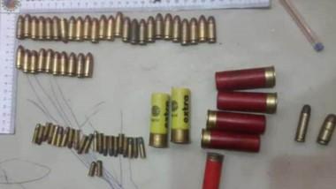 En uno de los procedimientos, la Policía halló balas de varios calibres.