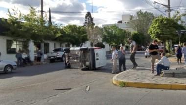 El suceso ocurrió en la esquina de Edison y Rawson, donde quedó volcada la Renault Kangoo.