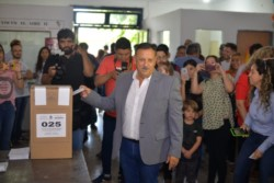 Ricardo Quintela emitió su voto su voto en la Escuela N°177 Mariano Moreno, acompañado de su familia.