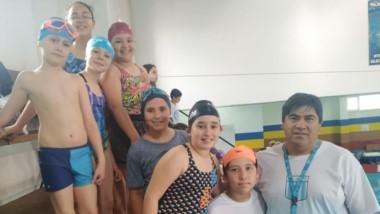 Miguel Ñanco, coordinador de la pileta de Argentinos del Sur, junto a los nadadores categoría infantil.