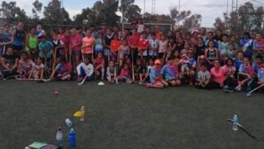 El entrenador Jorge Barrionuevo dictó una clínica de hockey en Puerto Madryn, con una gran concurrencia.
