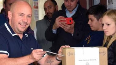 Gustavo Sastre junto a su familia voto en la escuela 741.
