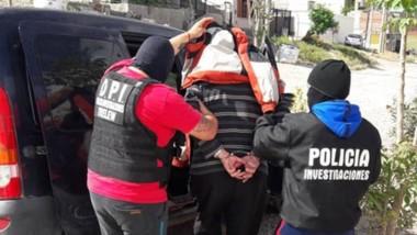 Efectivos policiales de la Brigada de Investigaciones trelewense llevándose al septuagenario aprehendido.