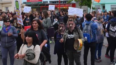 Protesta. También hubo caretas de Arcioni durante la marcha.