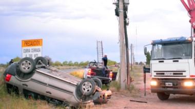 La camioneta Ford Eco Sport causó daños en el poste. Su conductor terminó en el hospital muy golpeado.