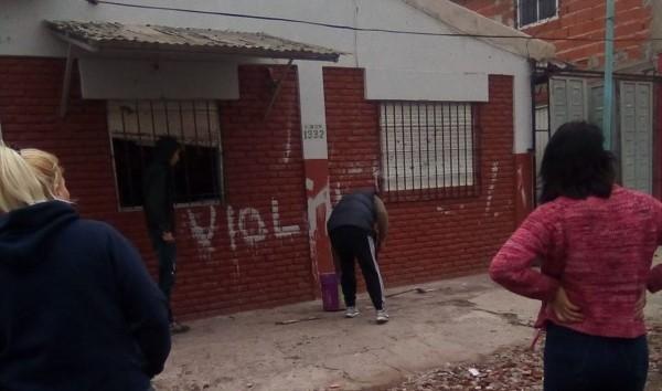 """Los vecinos del barrio cortaron la avenida San Martín y la calle 882, prendieron fuego cubiertas y escribieron """"violín"""" con pintura blanca en la pared de la casa del acusado."""