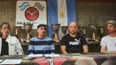 """Agustín Montecinos, piloto de TCA, """"Baba"""" López, Franco Canario, Fernando Arabia y Darío Haag, piloto R-12."""