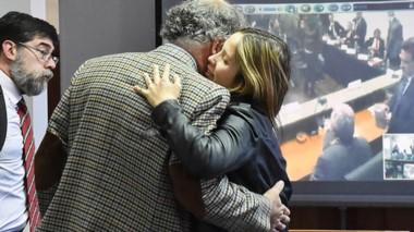 Abrazo. Giuliana Mc Leod se despide emocionada de su defensor Fabián Gabalachis tras su absolución, ante la mirada de Javier Romero.