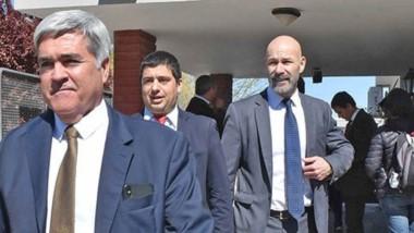 Satisfechos. Desde la izquierda, el procurador Miquelarena y los fiscales Williams y Rodríguez se retiran de la Oficina tras el histórico fallo.