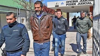 Se terminó. Desde la izquierda, Lüters, Correa y Gatica se van de la Oficina Judicial esposados luego de un veredicto que los golpeó muy duro.