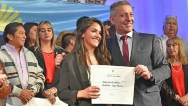 La más joven. Micaela Bilbao recibe el diploma del gobernador como jefa comunal electa de Lago Blanco.