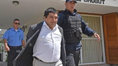Detenido. Oscar Alarcón es trasladado esposado rumbo a su encarcelamiento en la Alcaidía de Trelew.