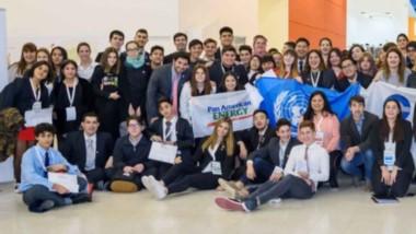 La delegación de estudiantes comodorenses que participan en Mar del Plata de la Iniciativa promovida por PAE, la Asociación Conciencia y el Ministerio de Educación de Chubut.