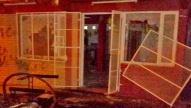 Las dos viviendas atacadas por un gran grupo de personas quedaron con importantes daños materiales.