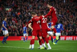 Liverpool de sumó otra víctima al derrotar 2-1 al Leicester gracias a los goles de Mane y Milner de penal.
