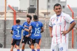 Andrés Iglesias, el entrenador  de J.J. Moreno,  brinda indicaciones durante la práctica realizada ayer previa al partido de esta tarde.