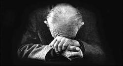 Según los médicos que los examinaron, el anciano presenta profundas quemaduras de segundo y tercer grado en el noventa por ciento del cuerpo.