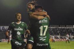 Sarmiento aprovechó cada error y espacio que otorgó el Funebrero. Lo aplastó futbolística y físicamente.