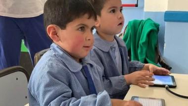 los chicos del jardín utilizando algunas de los tablets repartidas a través del programa de Educación.