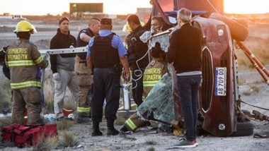 Momentos en que el herido era rescatado del auto, un Chevrolet ónix que quedó destruido.