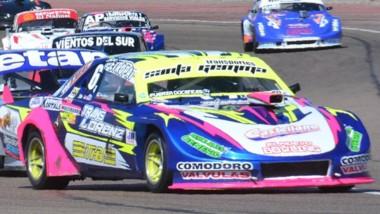 Miguel Otero corre al frente del TC Austral seguido por Larreguy.