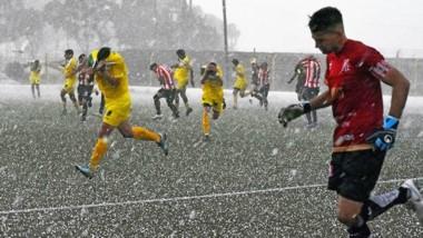 Lluvia de granizos. Promediando la segunda mitad, La Ribera y Racing debieron detener el encuentro por espacio de diez minutos.
