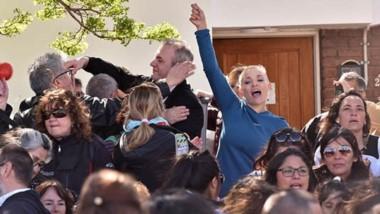 Alesi y su pareja, saludando a los manifestantes que se agolparon para pedir por su situación.