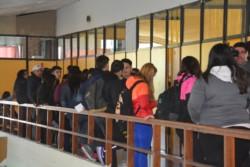 Una larga fila de personas aguardaba para realizar el trámite del TEG